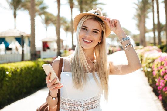某篇手機貸款相關文章外國女人拿著手機